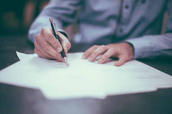 Patron d'entreprise signant des documents