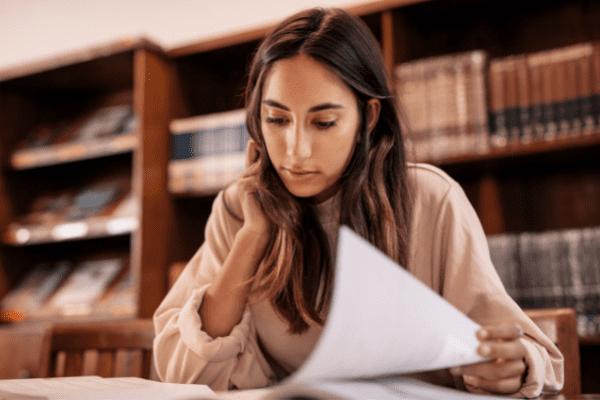 apprentie en train d'étudier à la bibliothèque