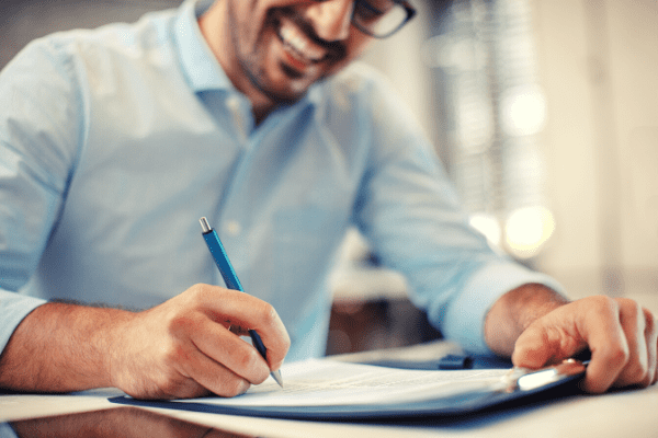 apprenti signant son contrat d'apprentissage