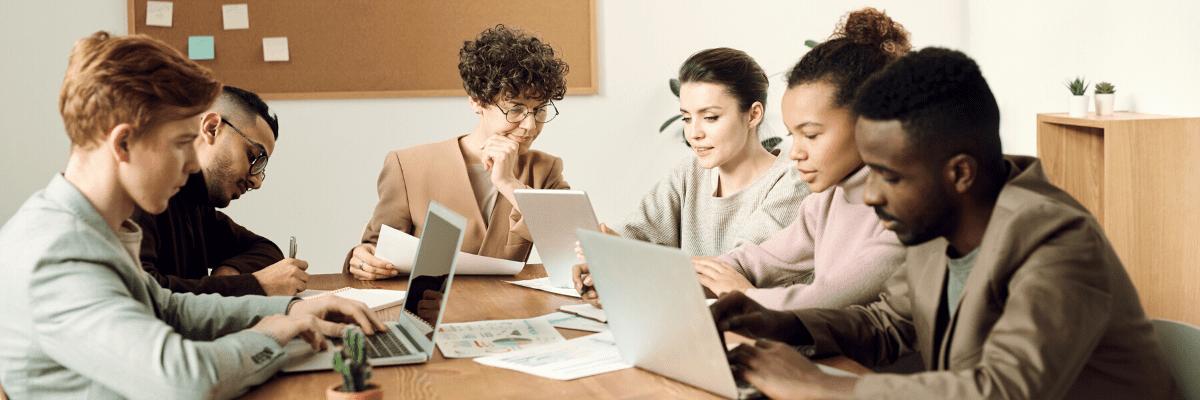 équipe de collaborateurs en réunion dans un bureau