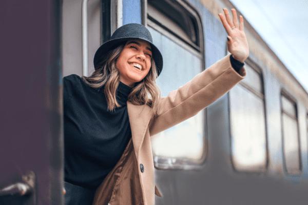 jeune femme faisant signe de la main dans un train