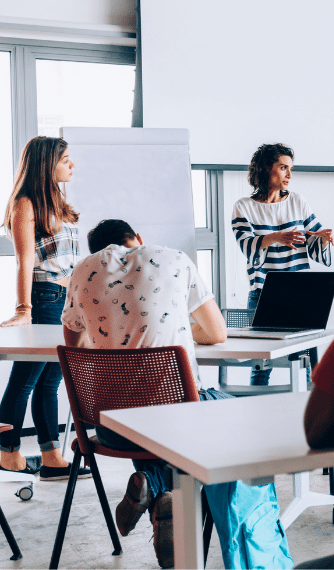 prof donnant un cours à ses apprentis dans une salle de classe